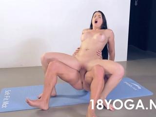 Порно онлайн йога гибкая видео