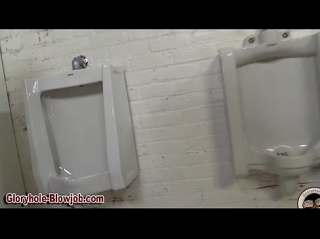 Отсасывает хуй в туалете даже