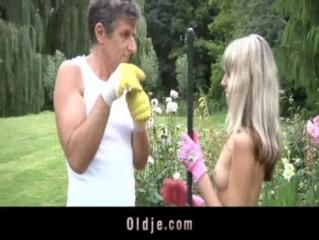 Садовник ебет блондинку фото 96-884