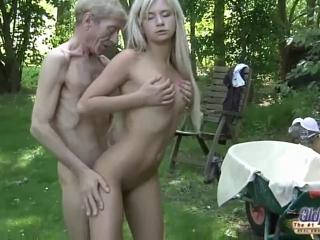 Секс в лесу старика